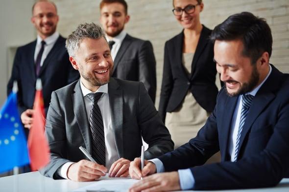 Twee mannen ondertekenen het contract voor hun samenwerking