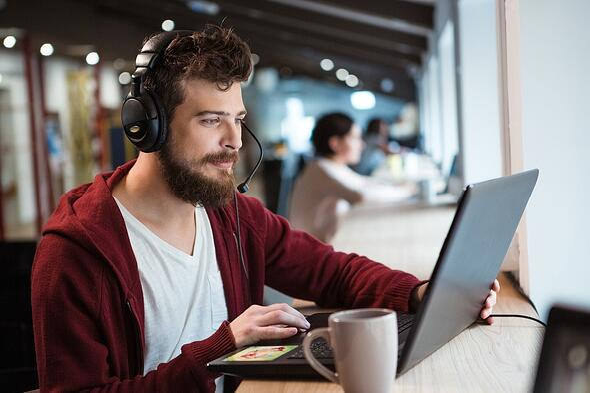 Millennials-op-de-werkvloer-werken-graag-op-afwisselende-locaties-met-hun-laptop