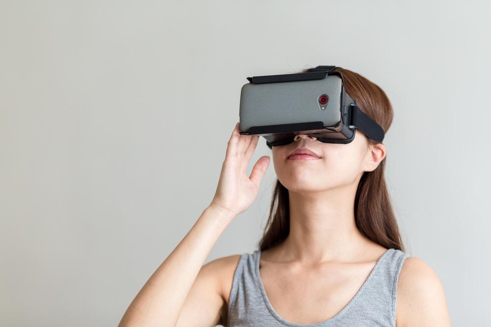 generatie-Z-zet-haar-eerste-stappen-op-de-werkvloer-en-brengt-tech-savviness-mee-met-virtual-reality-headset-vr-bril